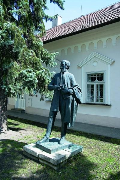 socha Ľudovíta Štúra pred budovou galérie