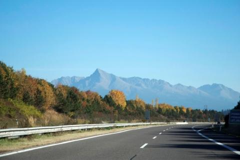 Cesta na Poprad, v pozadí Kriváň