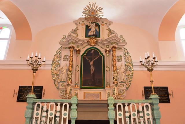 Bohatozdobený neskorobarokový oltár