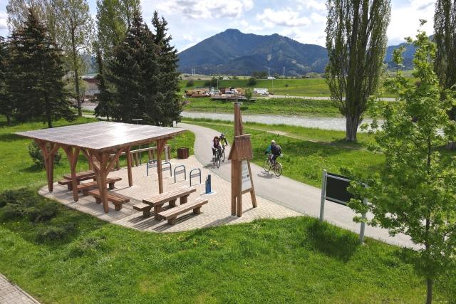 Cyklochodník po brehu rieky Váh s cykloprístreškom