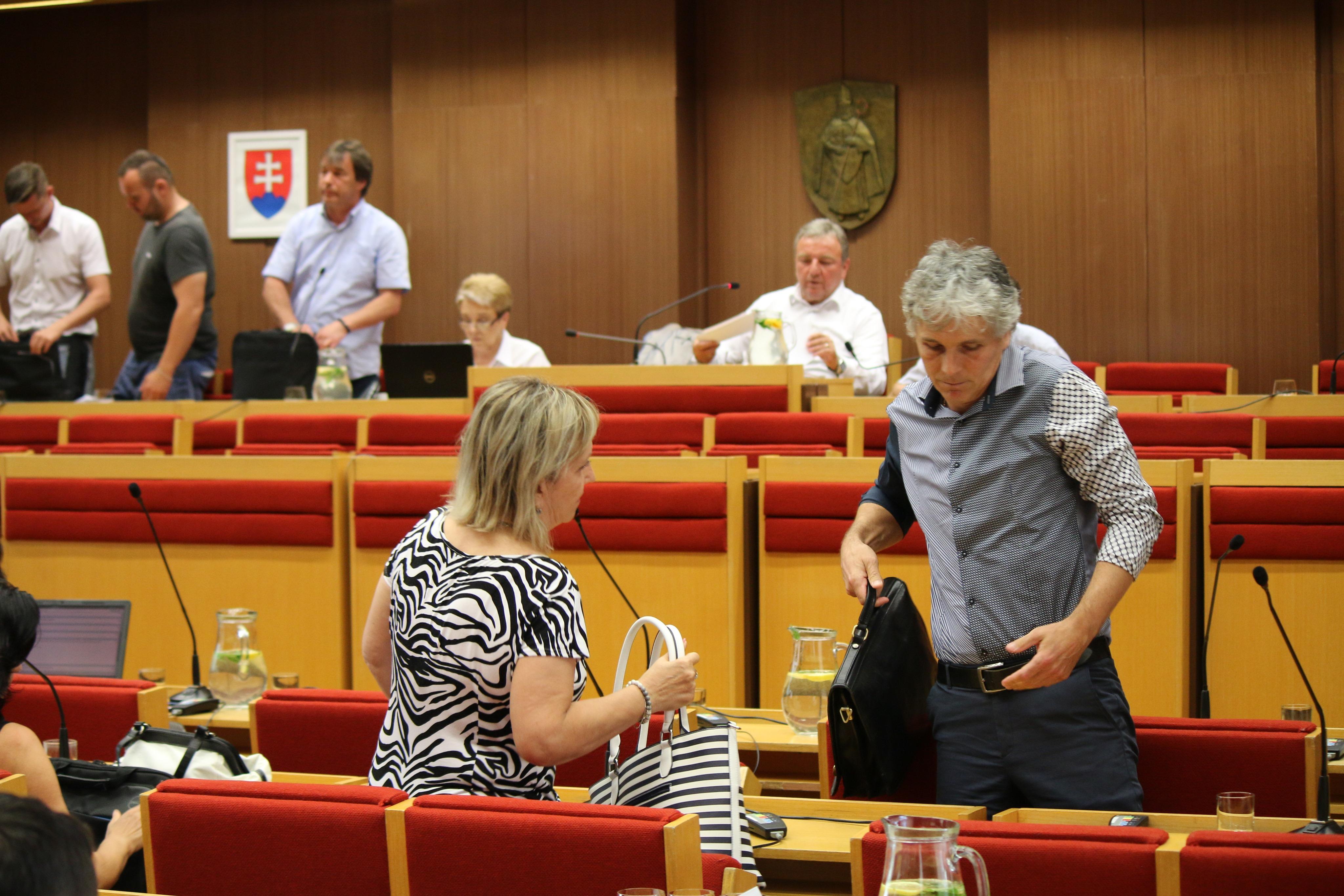 Poslanci odišli z rokovania predčasne