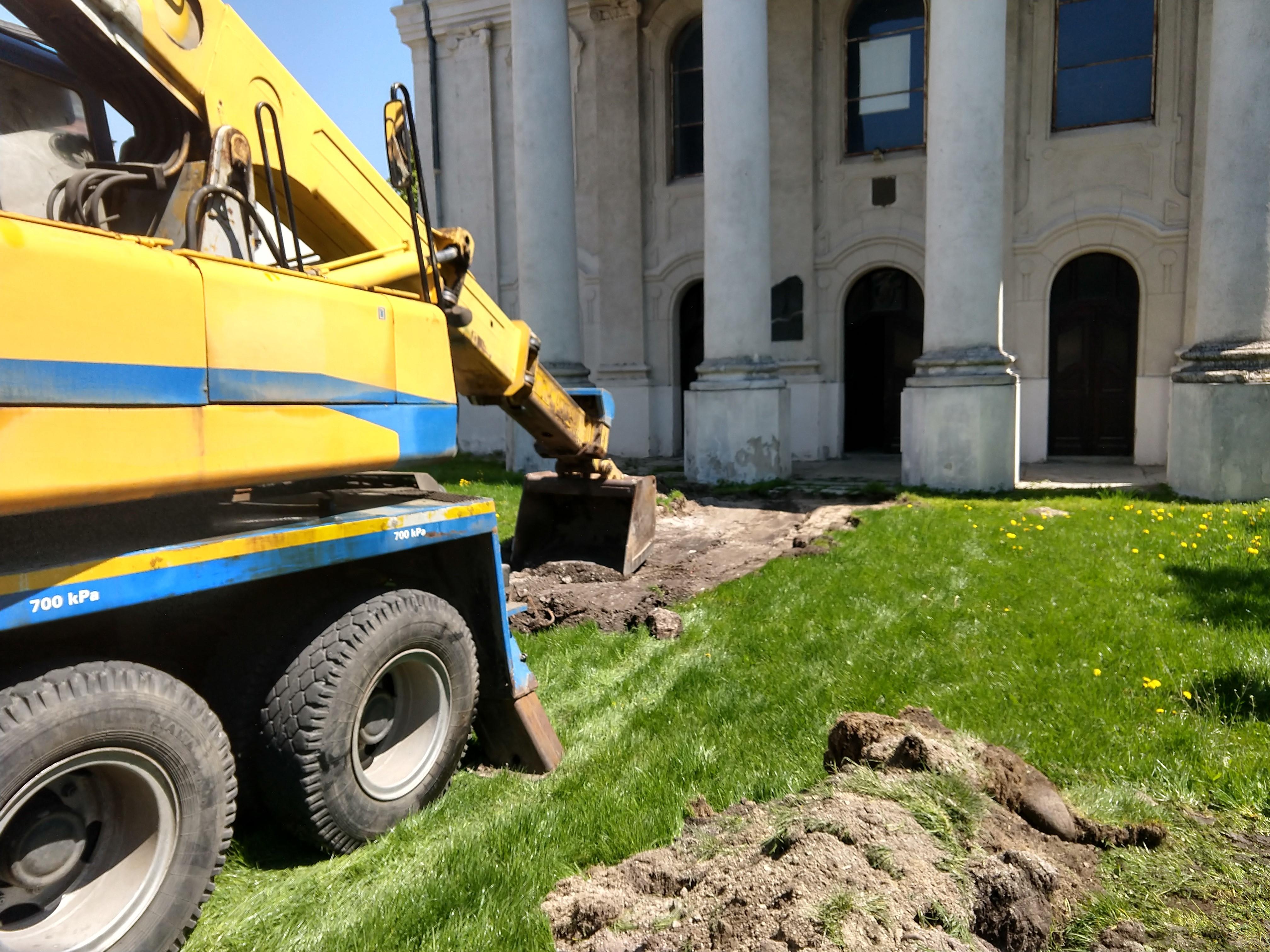Opravujeme chodník pred synagógou