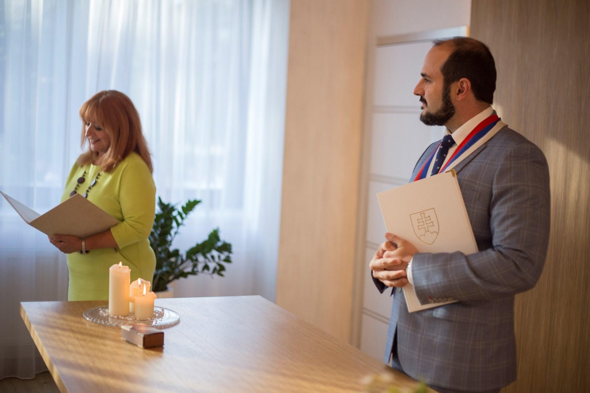 Uvoľňovanie opatrení COVID-19: Snúbenci si na radnicu môžu pozvať ďalších 27 hostí vrátane rodičov a svedkov